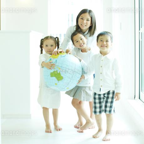 地球儀のボールと子供達の写真素材 [FYI02051095]