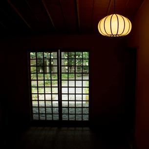 和室の照明と玄関の写真素材 [FYI02051102]