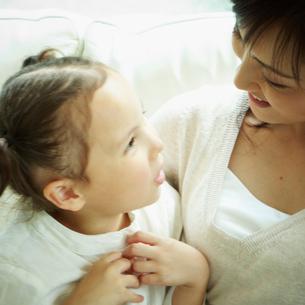 女の子と母親の写真素材 [FYI02051124]
