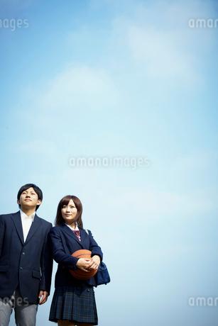 バスケットボールを持つ女子学生と男子学生の写真素材 [FYI02051147]