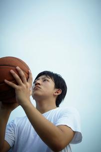 バスケットボールをする男性の写真素材 [FYI02051175]