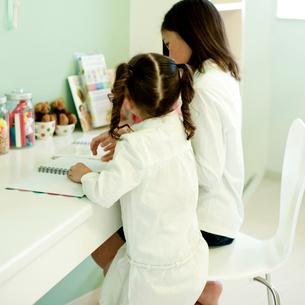 勉強をする2人の女の子の写真素材 [FYI02051182]