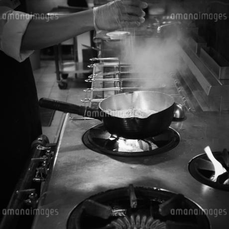 厨房で調理をする店員の写真素材 [FYI02051186]
