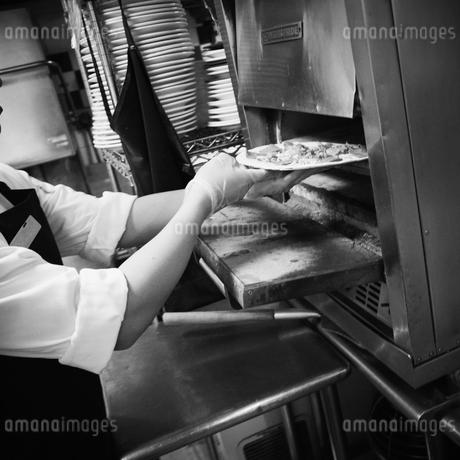 ピザを焼く店員の写真素材 [FYI02051188]