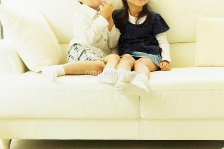 ソファに座る男の子と女の子の写真素材 [FYI02051209]