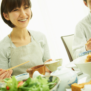 食事をする女性の写真素材 [FYI02051221]