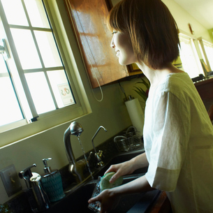 洗い物をする女性の写真素材 [FYI02051278]
