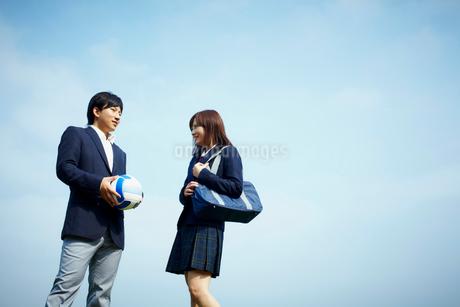 バレーボールを持つ男子学生と女子学生の写真素材 [FYI02051292]