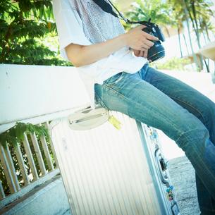 カメラを持つ女性の写真素材 [FYI02051319]