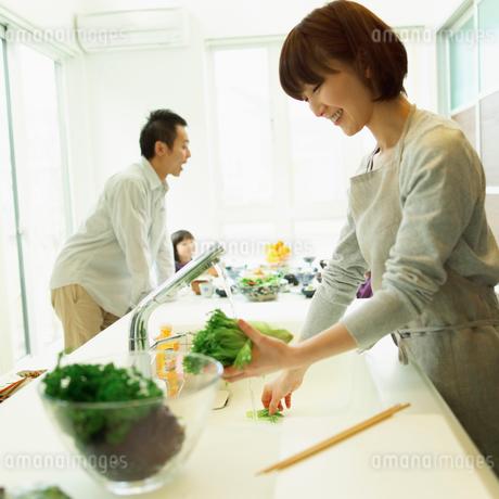 キッチンに立つファミリーの写真素材 [FYI02051320]