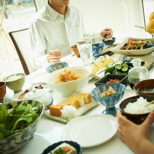 食卓につく男性の写真素材 [FYI02051336]