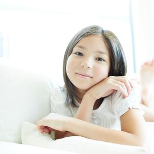 ソファに横になる女の子の写真素材 [FYI02051394]