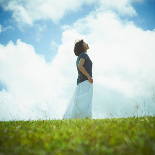 空を見上げる女性の写真素材 [FYI02051402]