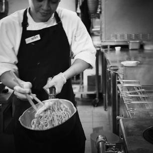 厨房で調理をする店員の写真素材 [FYI02051410]