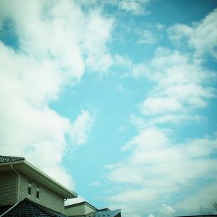 青空の雲と家の写真素材 [FYI02051412]