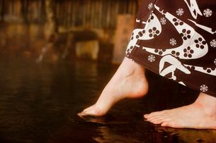 温泉と女性の足元の写真素材 [FYI02051422]