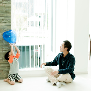 風船で遊ぶ父親と男の子の写真素材 [FYI02051430]