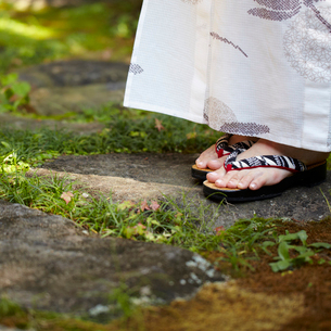浴衣の女性の足元の写真素材 [FYI02051447]