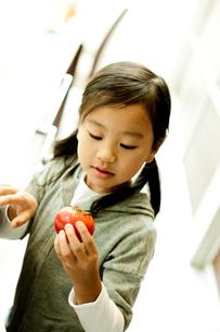 トマトを持つ女の子の写真素材 [FYI02051448]