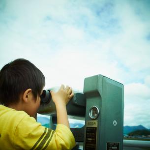 双眼鏡を覗く男の子の写真素材 [FYI02051464]