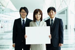 メッセージボードを持つビジネスマンとビジネスウーマンの写真素材 [FYI02051493]