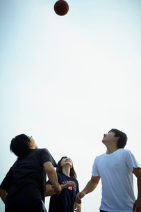 バスケットボールをする3人の若者達の写真素材 [FYI02051517]