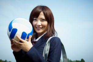 バレーボールを持つ女子学生の写真素材 [FYI02051530]