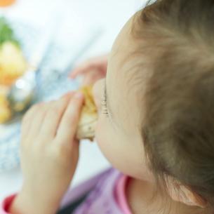 食事をする女の子の写真素材 [FYI02051532]