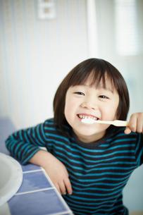 歯を磨く男の子の写真素材 [FYI02051553]