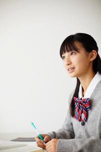 勉強する女子学生の写真素材 [FYI02051554]