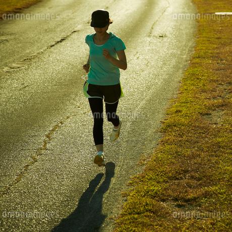 ジョギングをする女性の写真素材 [FYI02051607]