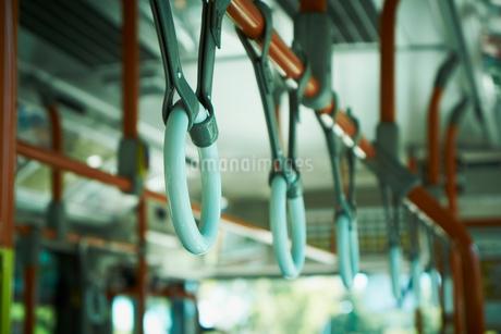 バスのつり革の写真素材 [FYI02051608]