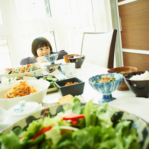 食卓につく男の子の写真素材 [FYI02051623]