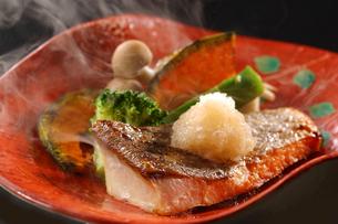 焼きブリと温野菜の写真素材 [FYI02051630]