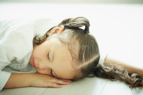 眠る女の子の写真素材 [FYI02051640]