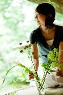 縁側で花を活ける女性の写真素材 [FYI02051652]