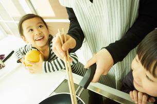 料理をする母親と2人の子供の写真素材 [FYI02051696]