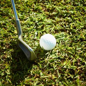 ゴルフボールとゴルフクラブの写真素材 [FYI02051726]