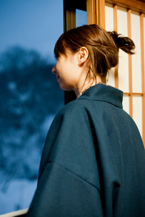 窓の外を眺める女性の写真素材 [FYI02051730]