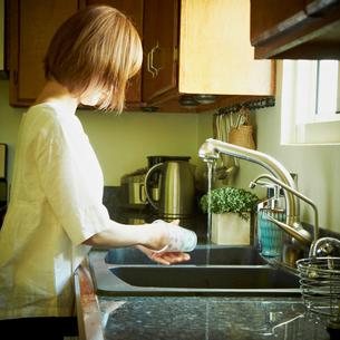 洗い物をする女性の写真素材 [FYI02051733]
