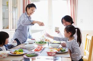 朝食を食べるファミリーの写真素材 [FYI02051734]