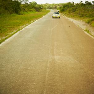 走る車の写真素材 [FYI02051748]