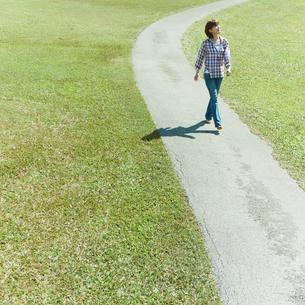 小道を歩く女性の写真素材 [FYI02051768]