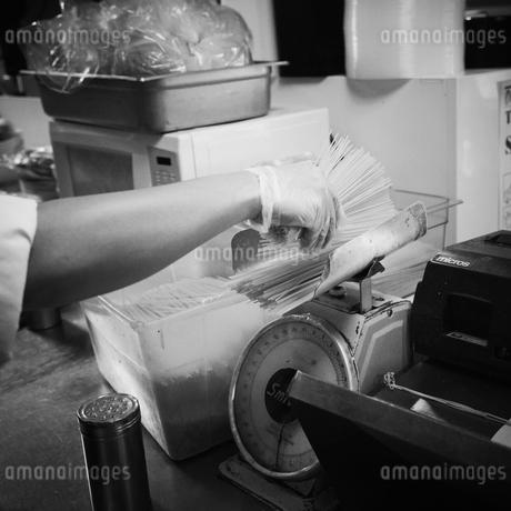 パスタを量る人の手の写真素材 [FYI02051780]