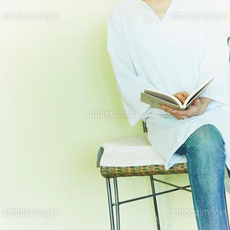 読書をする女性の写真素材 [FYI02051812]