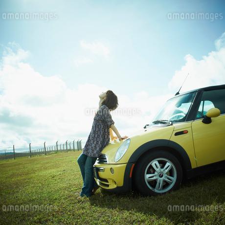 車と女性の写真素材 [FYI02051840]
