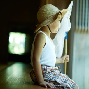 捕虫網を持つ麦わら帽子を被った子供の写真素材 [FYI02051868]