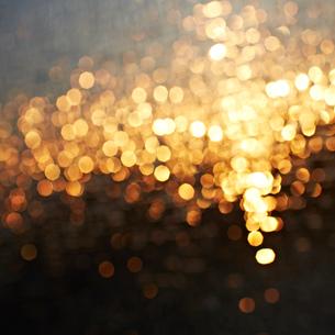 ガラスに反射する光の写真素材 [FYI02051915]