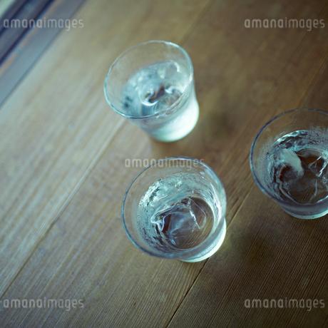 氷水が入ったグラスの写真素材 [FYI02051923]