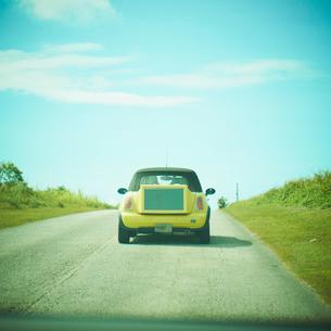 走る車の写真素材 [FYI02051926]